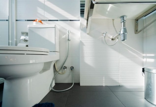 how do low flow toilets work